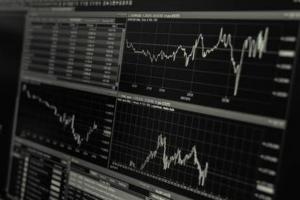 美股盘中:市场陷入两难境地三大股指全线下跌 投资者谨慎评估经济复苏局势