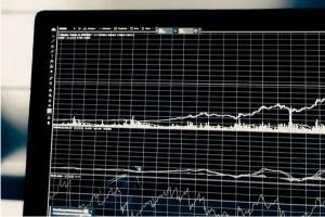 美股盘中:投资者权衡中犹豫不决股市徘徊于平盘附近 纽交所交易大厅5月26日重新开放