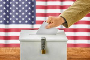 """选举舞弊成风?伪造8000份""""虚构""""或死亡选民的选票申请 美国两名男子被起诉"""