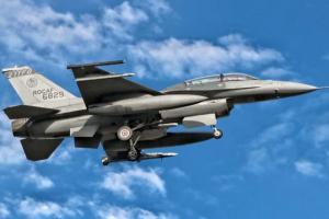 【台海局势最新消息】台湾本土首见!台空军试射美AIM-120导弹