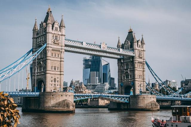 """伦敦作为欧洲金融中心的""""黄金时代""""已经结束? 欧盟和英国互相摆脱,没有任何准入希望"""