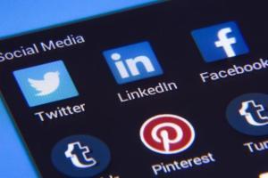 美股天天说:同人不同命?为何社交媒体中ARK基金不断卖Facebook但在买Twitter?